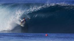 Aritz Aranburu gets pitted at Pipeline